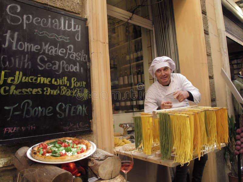 在街道上的意大利料理 库存图片