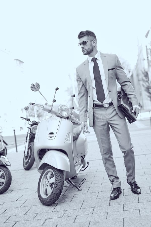 在街道上的成功的典雅的年轻商人 图库摄影
