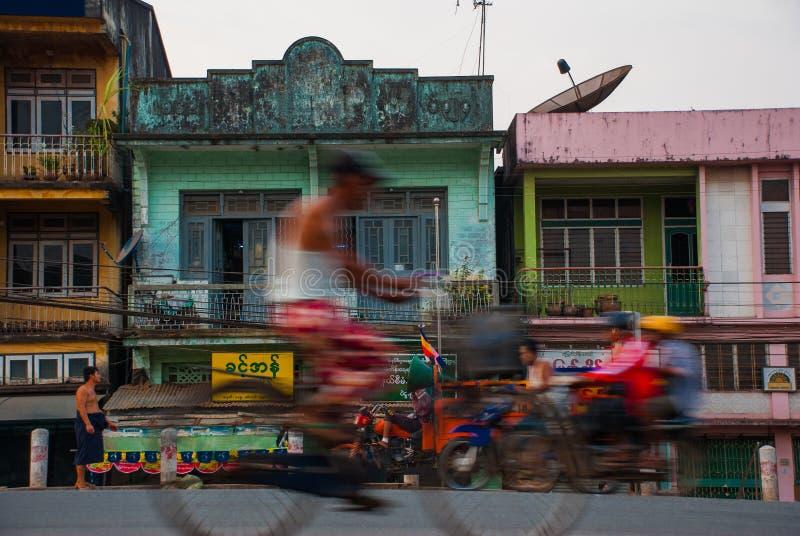 Download 在街道上的房子在晚上 老和减速火箭的汽车 在缅甸的Bago 缅甸 编辑类图片 - 图片 包括有 镇痛药, 艺术性: 72364800