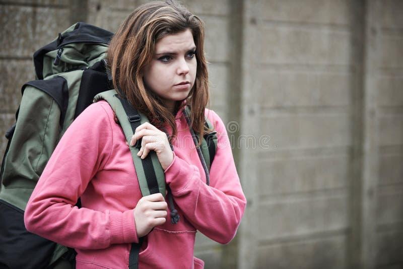 在街道上的无家可归的十几岁的女孩有背包的 库存图片