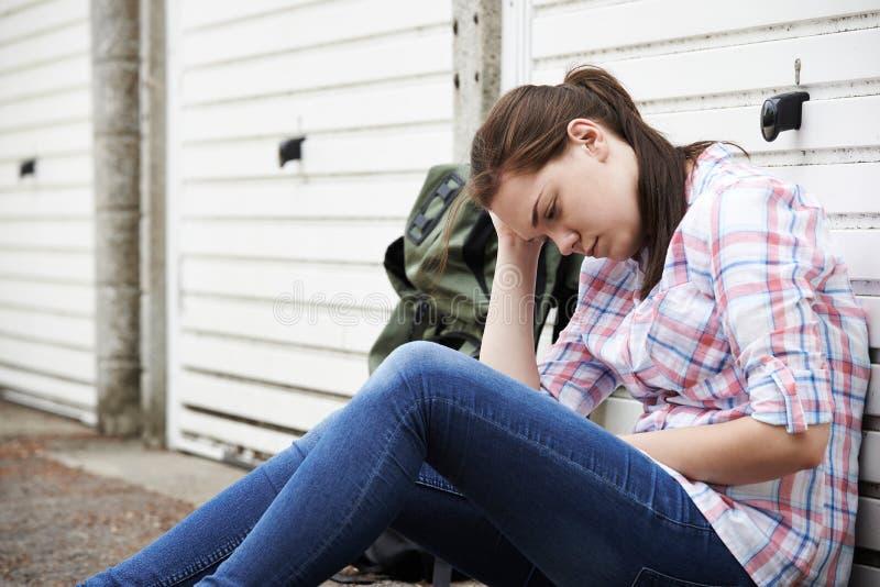 在街道上的无家可归的十几岁的女孩有背包的 库存照片