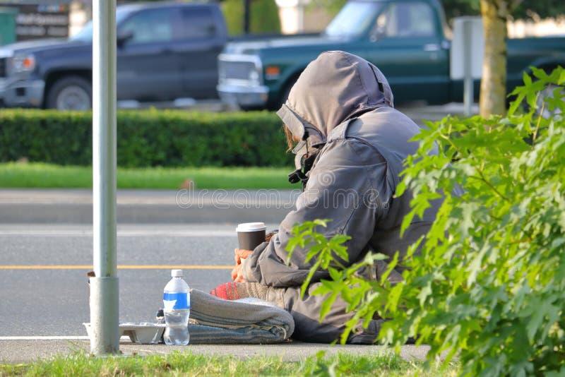 在街道上的无家可归的流浪儿 免版税库存照片