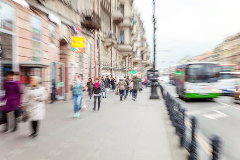 在街道上的步行者 免版税库存照片