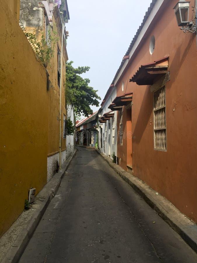 在街道上的殖民地房子在卡塔赫钠de Indias,哥伦比亚 免版税库存照片