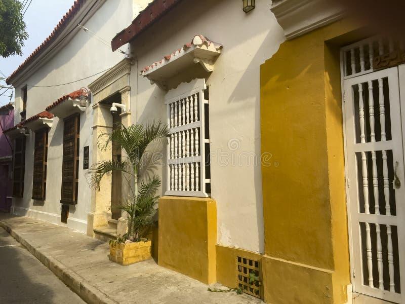 在街道上的殖民地房子在卡塔赫钠de Indias,哥伦比亚 库存图片