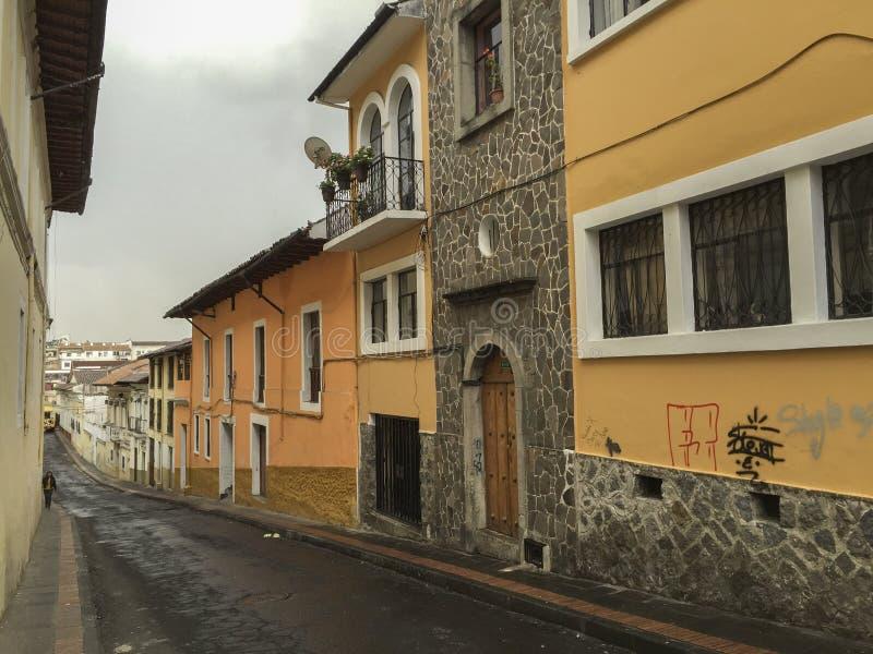在街道上的殖民地建筑学在基多,厄瓜多尔 免版税库存图片