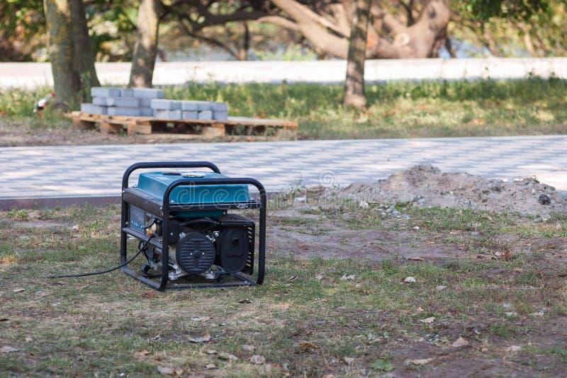在街道上的汽油便携式的发电器 关闭在流动备用发电器 免版税库存照片