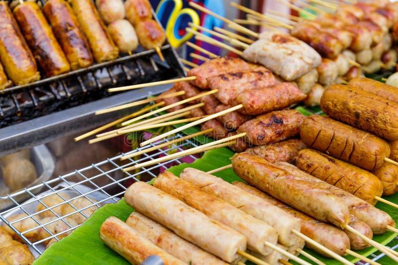在街道上的泰国样式烤食物 免版税库存图片