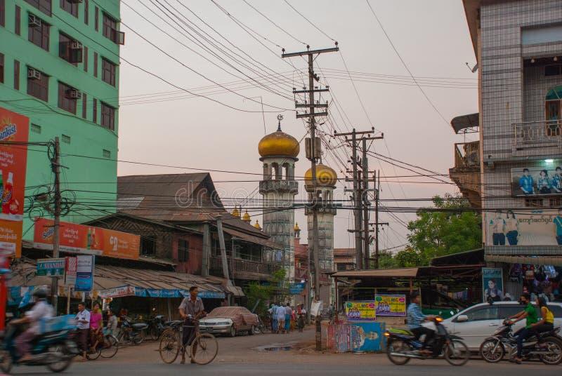 Download 在街道上的清真寺在晚上 通过公路运输 在缅甸的Bago 缅甸 编辑类图片 - 图片 包括有 寺庙, 小山: 72365140