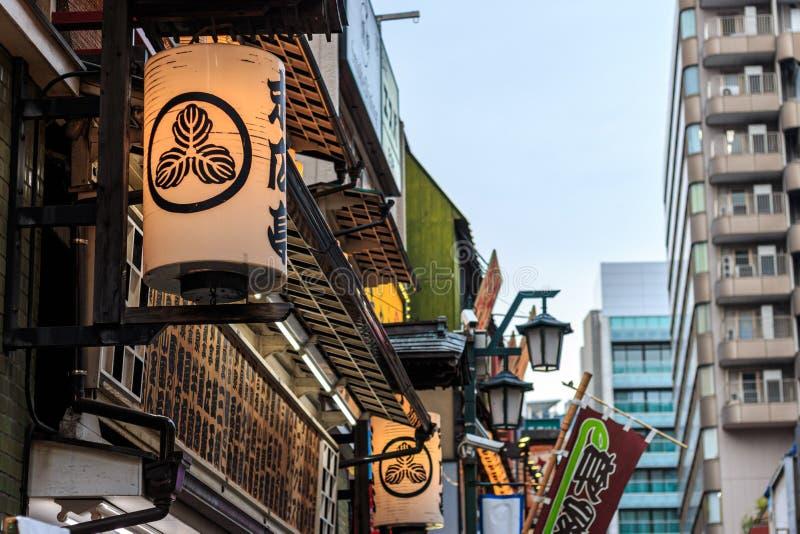 在街道上的灯笼在新宿专区,东京 免版税库存照片