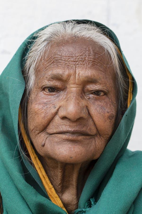 在街道上的画象老叫化子妇女在Dashashwamedh Ghat在瓦腊纳西,北方邦,印度 图库摄影
