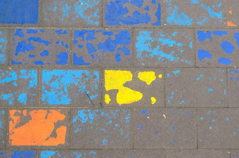 在街道上的破旧的五颜六色的几何样式 库存照片