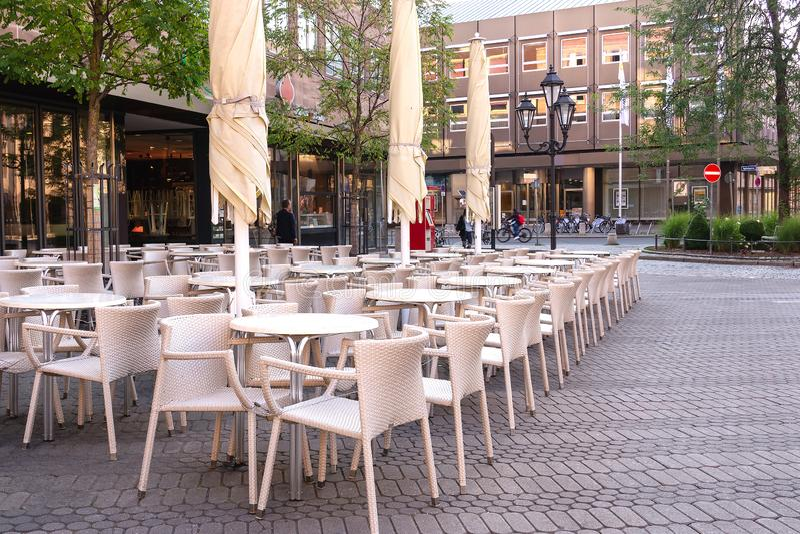 在街道上的空的咖啡馆在清早在纽伦堡  免版税库存图片