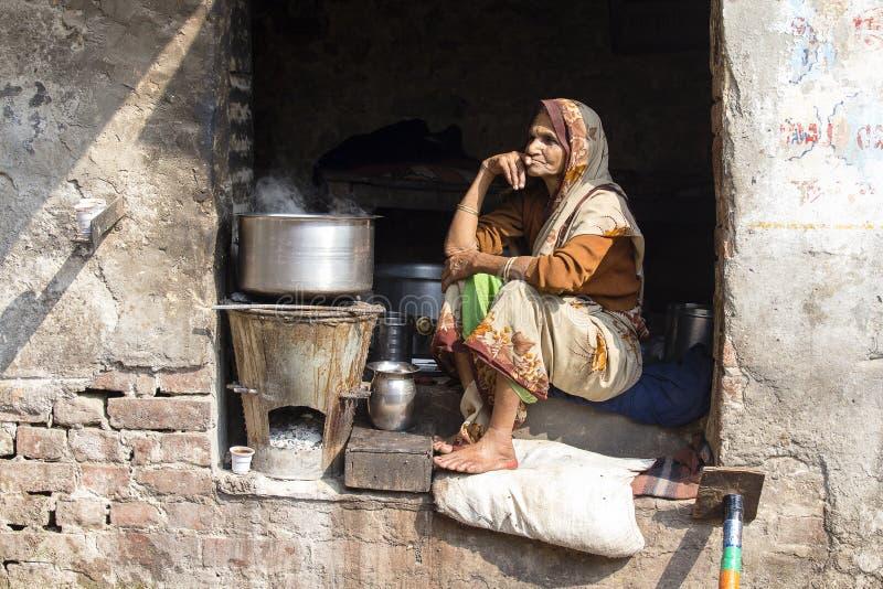 在街道上的老叫化子妇女在Dashashwamedh Ghat在瓦腊纳西,北方邦,印度 库存图片