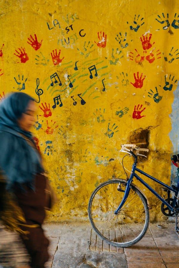 在街道上的老土气葡萄酒自行车在颜色墙壁附近 汽车城市概念都伯林映射小的旅行 自行车乘驾 明信片 免版税库存照片