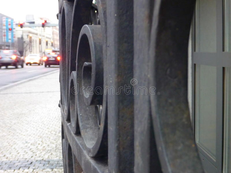 在街道上的老弯曲的金属栏杆 图库摄影