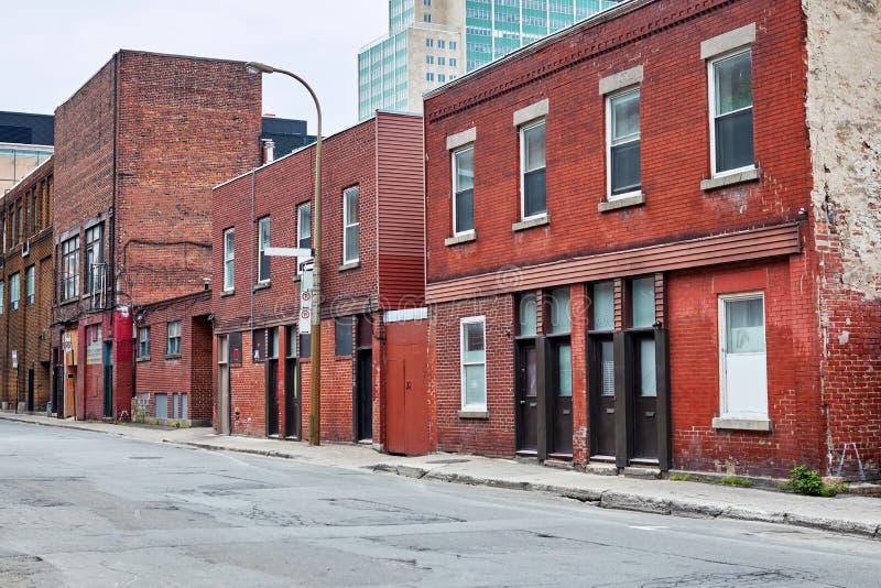 在街道上的老红砖大厦在蒙特利尔,魁北克,加拿大 免版税图库摄影