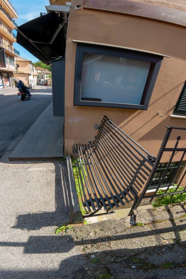 在街道上的老长凳 免版税库存照片