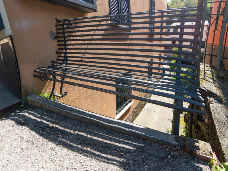 在街道上的老长凳 库存图片
