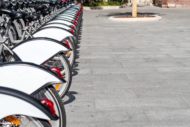 在街道上的自行车停车处 r 在上写字或设计的空间 库存照片