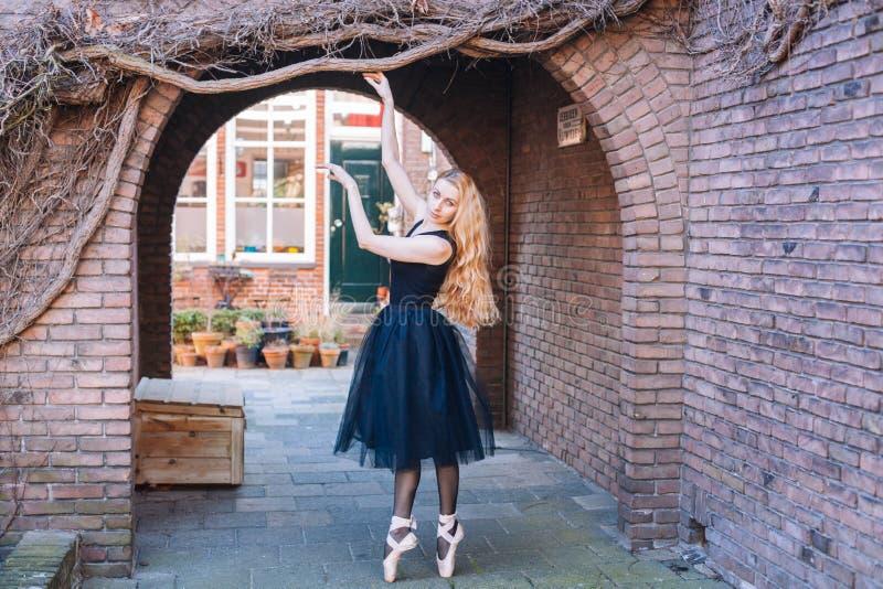 在街道上的芭蕾舞女演员跳舞 免版税图库摄影
