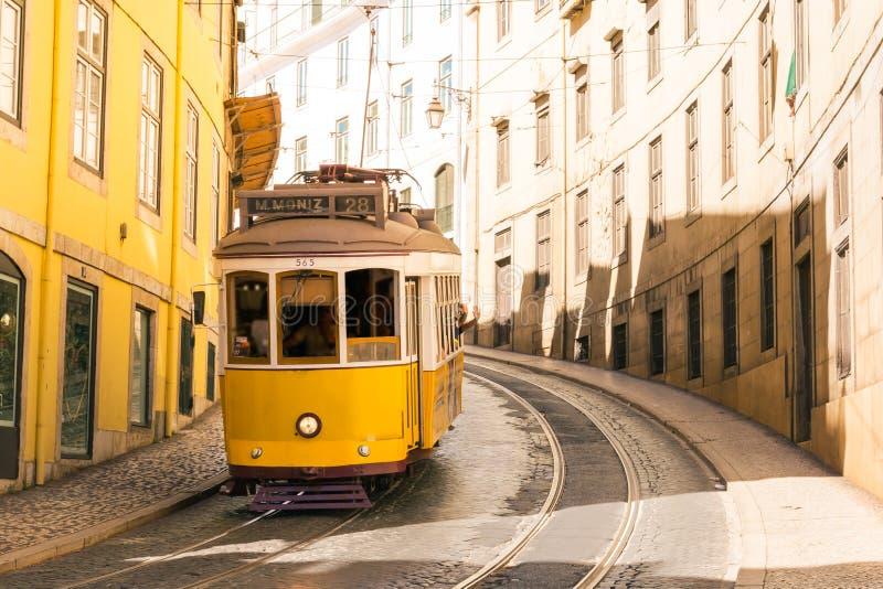 在街道上的著名台车支架在里斯本葡萄牙历史的Tra 免版税库存图片