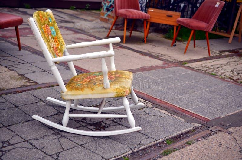 在街道上的葡萄酒摇椅 免版税库存图片
