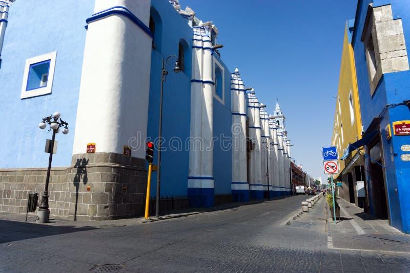 在街道上的蓝色教会在普埃布拉 库存照片