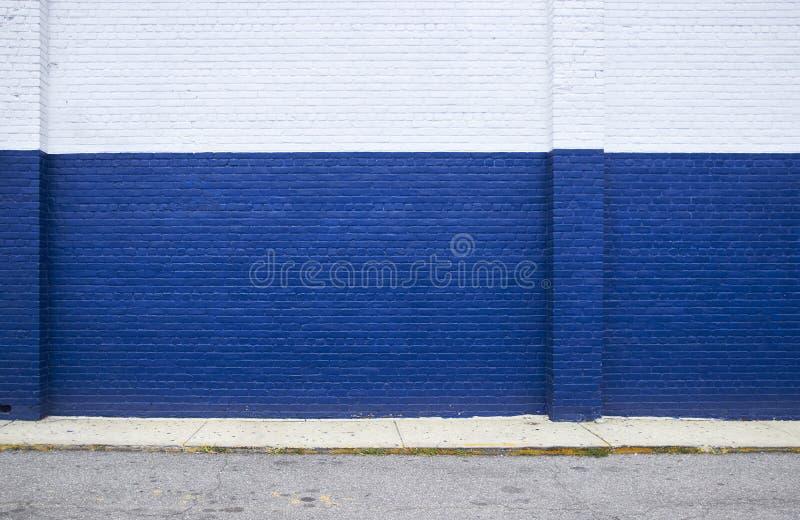 在街道上的蓝色砖墙 免版税库存图片