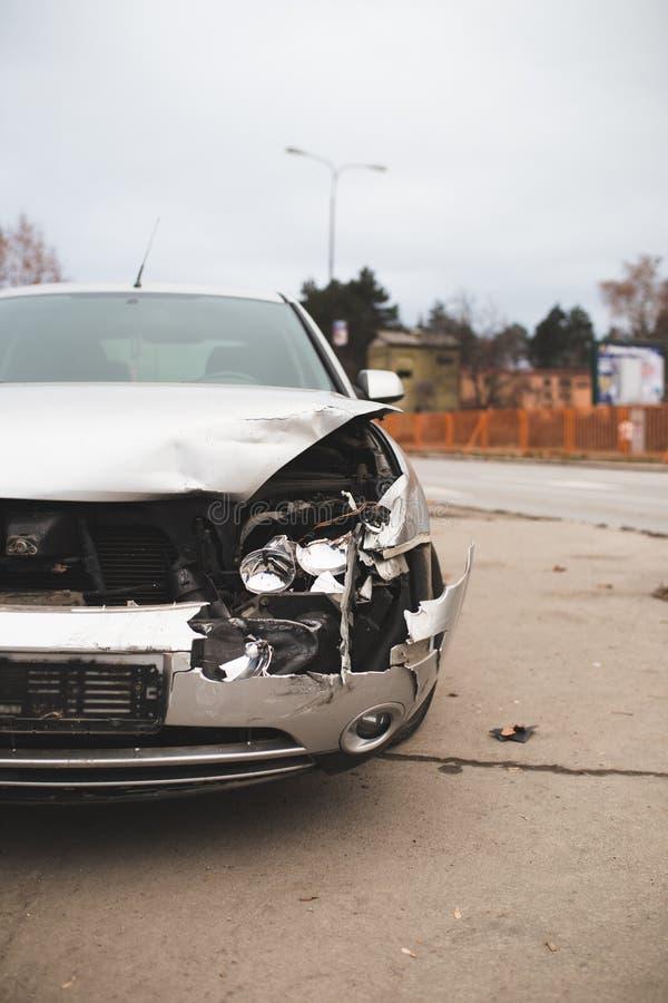 在街道上的被碰撞的汽车 库存照片