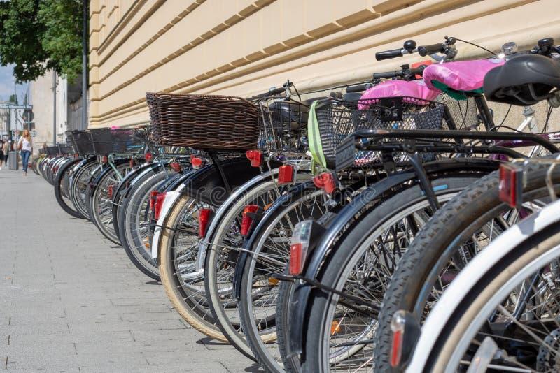 在街道上的许多自行车 免版税库存照片