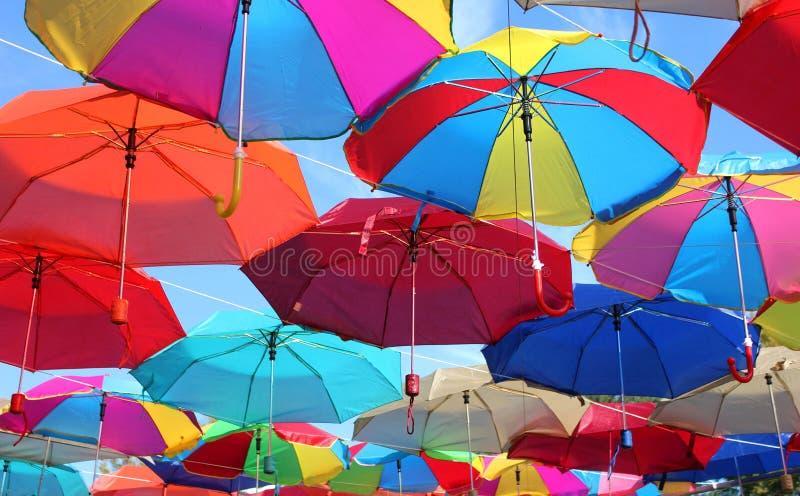 在街道上的许多色的伞 免版税库存照片