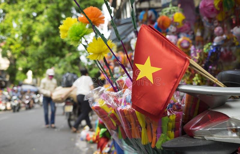 在街道上的越南旗子 免版税库存图片