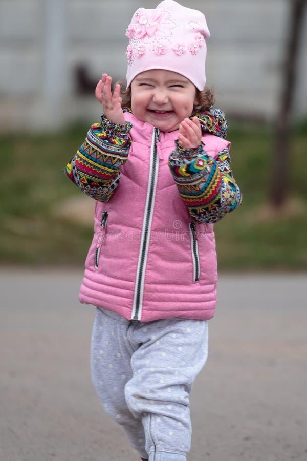 在街道上的逗人喜爱和小正面孩子 免版税库存照片