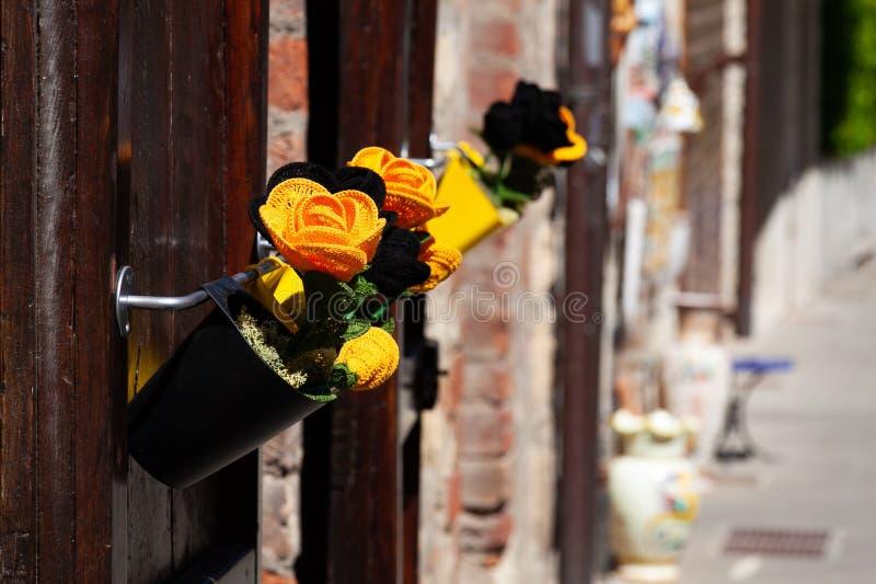 在街道上的钩针编织花 库存图片