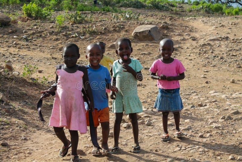 在街道上的非洲小孩戏剧 免版税库存图片