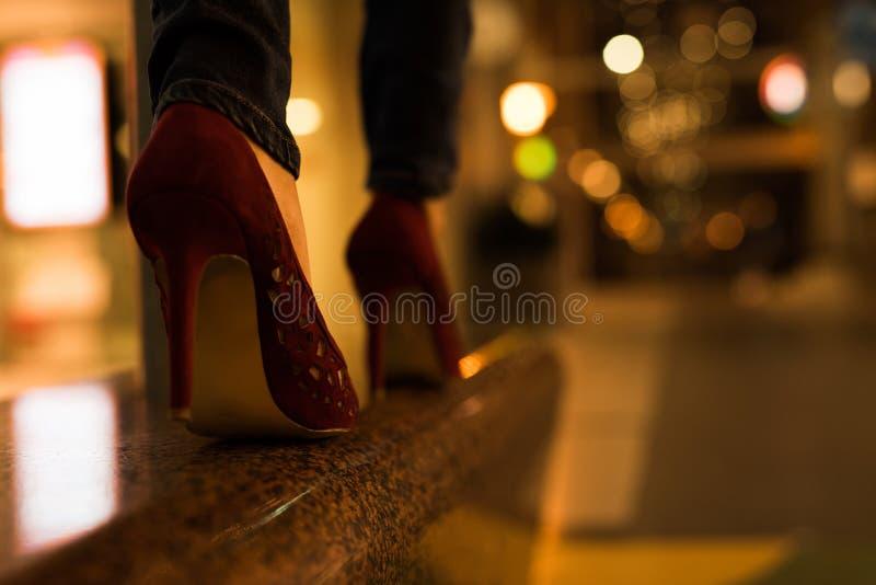 在街道上的高跟鞋 库存照片