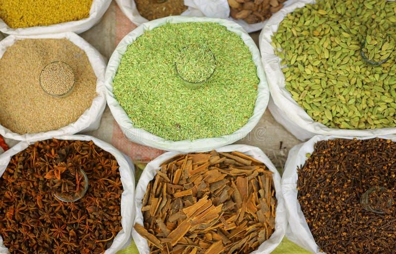 在街道上被卖的印地安香料 库存图片