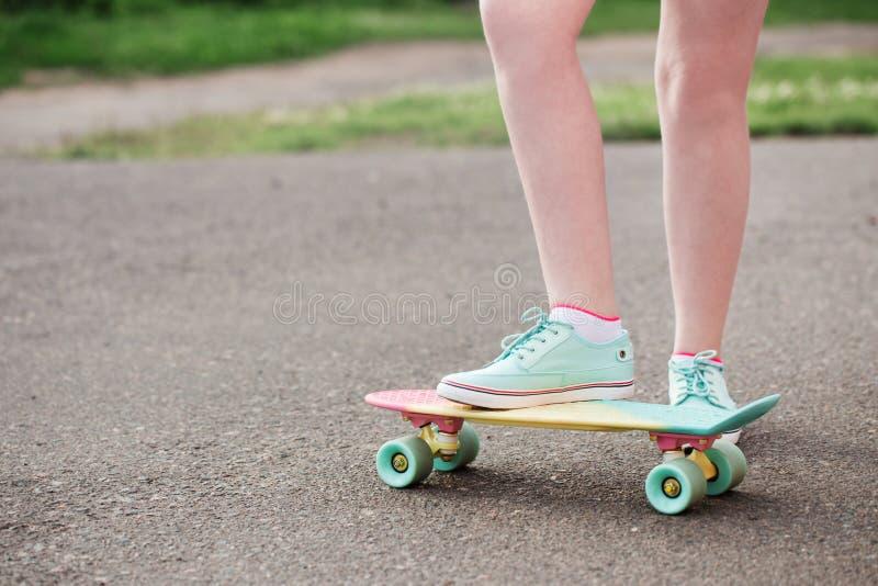 在街道下的青少年的女孩有滑板的 库存照片