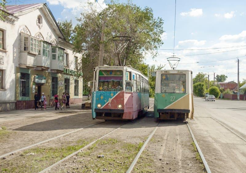 在街道中止的两辆苏联路面电车 铁米尔套,哈萨克斯坦 库存图片