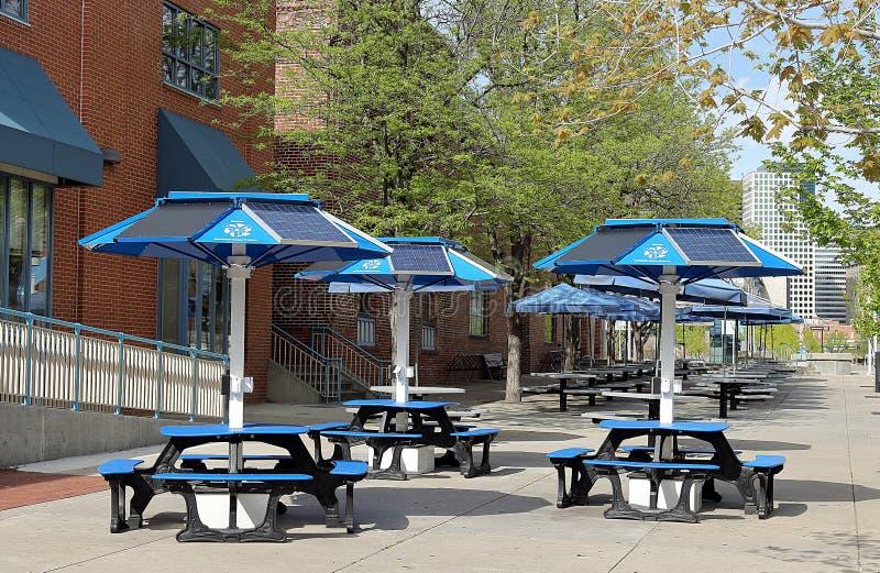在街道咖啡馆的太阳电池板在街市丹佛 库存照片