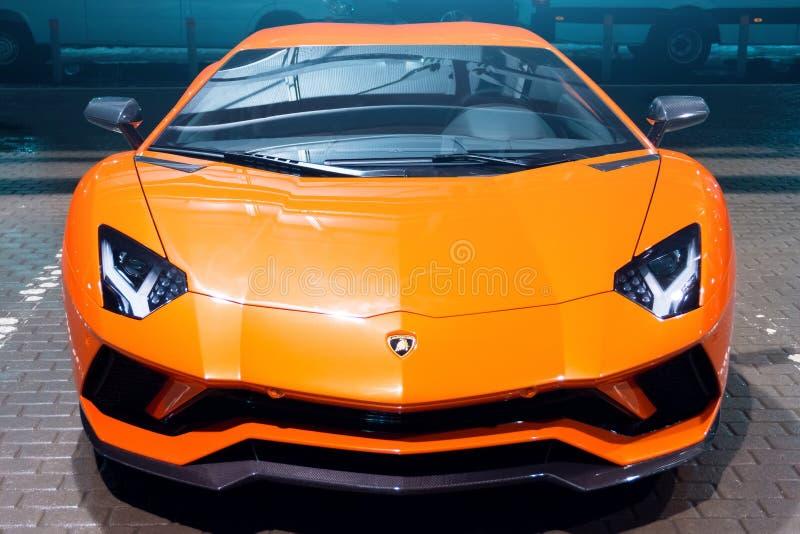 在街道城市停车场的Lamborghini Aventador橙色夜 荷兰男人飞行堡垒保罗・彼得・彼得斯堡餐馆俄国圣徒 2018年3月13日 免版税库存照片