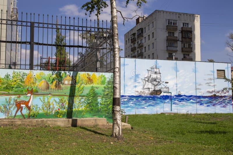 在街道旁听席的街道画墙壁 免版税库存照片