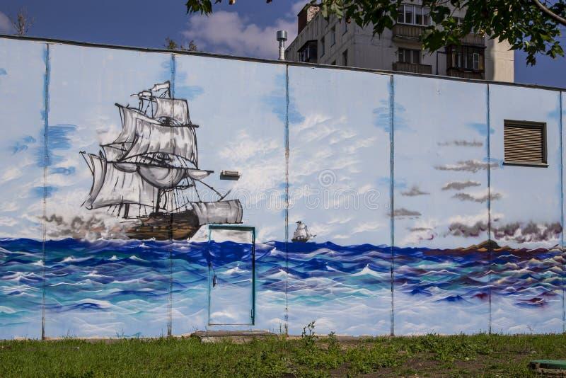 在街道旁听席的街道画墙壁 图库摄影