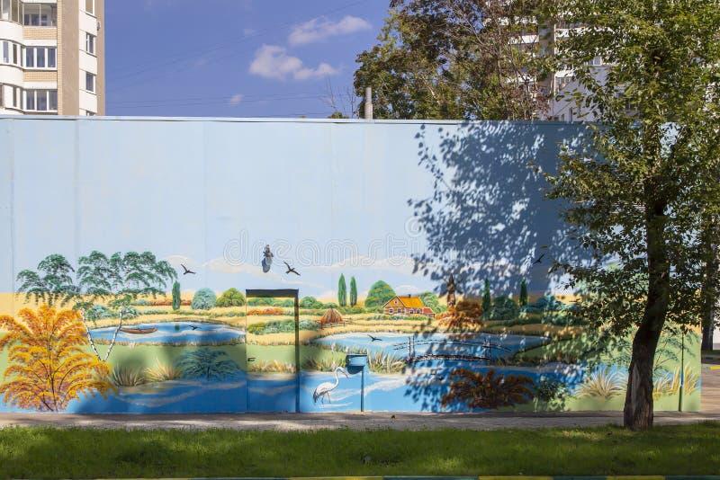 在街道旁听席的街道画墙壁 免版税图库摄影