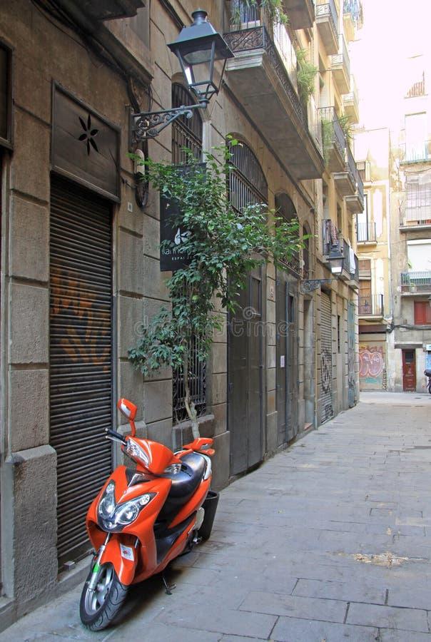 在街道的停放的摩托车在Ciutat Vella老镇在巴塞罗那 免版税库存照片