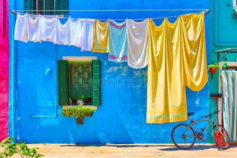 在街道的兜风亚麻布在Burano 库存图片