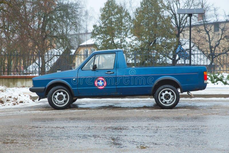 在街道的减速火箭的蓝色大众MK1小型运车兔子, 德国制造1970年 都市旅行照片2018年 免版税库存图片