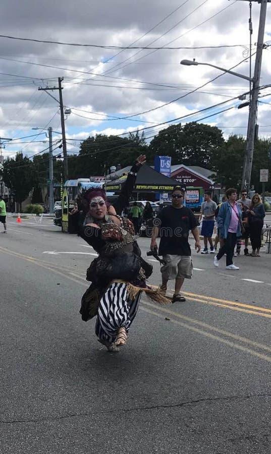 在街道的吉普赛跳舞 免版税库存图片