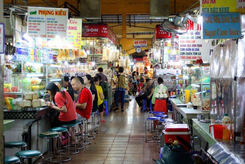 在街道的场面在本Thanh市场附近在西贡,越南 库存图片